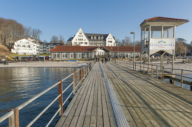 hilke-maunder_strandhotel-glc3bccksburg_auc39fen_strandseite_pier
