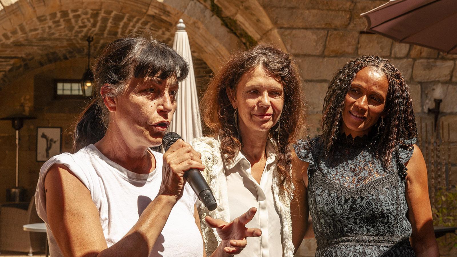 Festival du Film Insolite: Die Präsidentin der Jury, Lio, it Fanny Bastien udn einer Winzerin der Montagne Noire. Foto: Hilke Maunder