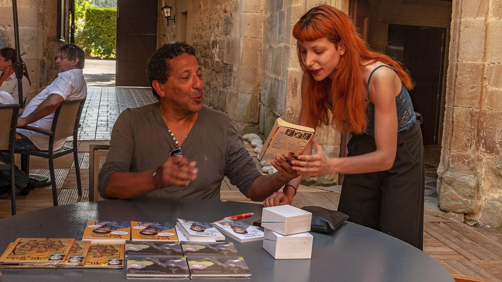Festival du Film Insolite: Humorist Samin signierte seine Bücher und CDs. Foto: Hilke Maunder